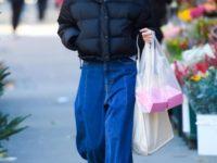 Короткий пуховик + широкие джинсы: очень стильный образ Кэти Холмс