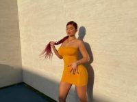 Минимум одежды, максимум тела: Кайли Дженнер в очень маленьком оранжевом платье и босоножках в сетку