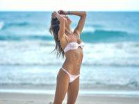 Переход на летнее время: Алессандра Амбросио демонстрирует безупречную фигуру на пляже в Бразилии