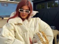 Пуховик vs одеяло: уютный образ Кайли Дженнер в теплой куртке оверсайз