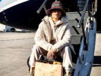 Самая стильная путешественница: Дженнифер Лопес в молочном пуховике, бордовой панаме Dior и с именной Birkin