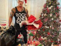Самый сексуальный Санта: Дуэйн Джонсон дарит подарки