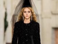 Шахматная клетка, цветные лосины и сетка: как прошел показ Chanel Métiers d'art 2021