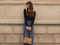 Свитер с накладным воротником + безупречные синие джинсы: очаровательный образ француженки Жюли Феррери