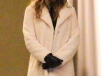 Тельцам и Овнам понравится: белая шуба-барашек, которую Дженнифер Энистон носит по случаю
