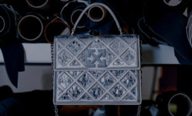 Вирджил Абло сделал для Off-White сумку, вдохновленную пирамидой Лувра