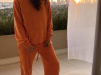 Яркий спортивный костюм + самые удобные кроссовки: Эмили Ратаковски показывает как спастись от серой непогоды