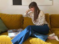 Французский шик: Жюли Феррери в полосатом свитере и безупречных синих джинсах