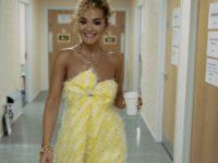 Как лимонная меренга: Рита Ора в пушистом платье желтого цвета