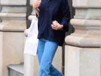 Кэти Холмс показывает, с чем носить голубые джинсы самого актуального фасона