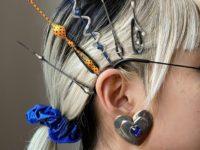 Микротренд: заколки для волос как у моделей Balenciaga