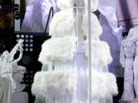 Облако из белоснежных перьев и бриллиантовая маска: головокружительный новогодний образ Дженнифер Лопес