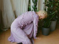 Ольга Карпуть показывает, как носить платье пастельного цвета зимой