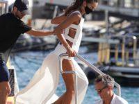Пляжный образ, достойный невесты: Изабель Гулар в белом платье-фартуке