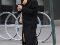 Повязывайте шарф как Кэтти Холмс— и будете выглядеть стильно даже в самом простом пальто