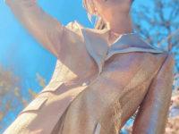 Просто блеск! Энн Хэтэуэй в сверкающем костюме Dolce & Gabbana