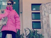 Роскошная Кейт Бекинсэйл в эффектном пуховике оттенка жевательной резинки