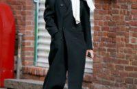Свитер, повязанный поверх пальто— не только стильно, но и тепло. Расслабленный образ Кэти Холмс, как пример для вдохновения