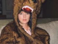 Тейлор Свифт закончила год в костюме огромного бурого медведя вместо вечернего платья. Почему?