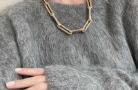 Теплый свитер, массивная цепочка и нюдовый маникюр— составляющие идеального зимнего образа