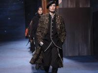 Военные элементы, шапочки кроше и принты Питера Дойга: коллекция Dior Men's Fall 2021