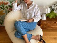 Белая рубашка, безупречные джинсы и красная помада: формула классического образа от француженки Жюли Феррери