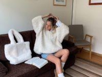 Этой зимой носите короткие угги с высокими носочками, как стилист София Коэльо