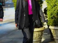 Классический костюм в полоску— обязательная покупка на весну: Белла Хадид показывает, с чем носить его уже сейчас