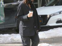 Мужской костюм + белые кроссовки: беременная Эмили Ратаковски на прогулке с мужем