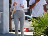 Не опять, а снова: Кендалл Дженнер носит сандалии с носками и делает это стильно