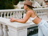Ничего лишнего: София Ричи в безупречных светлых джинсах и белом топе