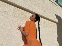 Огонь! Кайли Дженнер в платье с откровенными вырезами в самых неожиданных местах