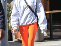 По выходным носите очень яркие легинсы и пушистые тапочки, как Хейли Бибер