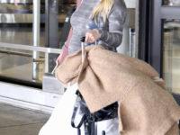 Серое плате тай-дай и кеды: беременная Хилари Дафф в аэропорту Лос-Анджелеса