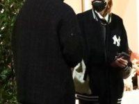 Стелла Максвелл показывает, как носить классическую рубашку и спортивную куртку вместе