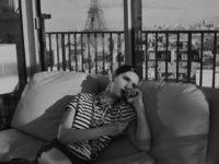 Тельняшка + цепи: эффектный образ Нины Добрев в французском стиле