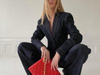 Темно-синий деним + яркая сумка: модный прием от стилиста Эмили Синдлев
