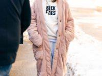 Худи + плюшевое пальто: образ Селены Гомес для очень холодного дня