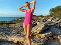 Ярко-розовый купальник как у Марии Шараповой, который этим летом стоит приобрести блондинкам