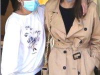 Анджелина Джоли в идеальном тренче и с золотой сумкой в обнимку с дочерью Вивьен