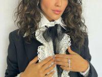 Бриллиантовые стрелы: Эйза Гонсалес в драгоценностях Messika и костюме Valentino