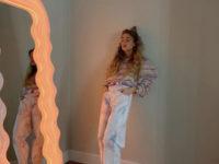 Джинсы с принтом тай-дай— главная покупка этого сезона: стилист Эмили Синдлев показывает, какие выбрать