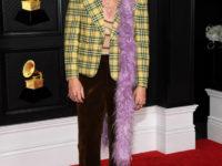 Гарри Стайлс сменил три цветных боа из перьев за вечер «Грэмми-2021»