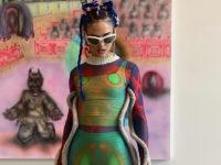 Инопланетная красота: Сита Абеллан в прозрачном платье с вязаными трубами