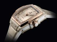 Крупным планом: перламутрово-бежевые часы Hublot с 50 бриллиантами