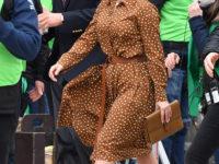 Летящей походкой: Леди Гага в изящном платье в горошек на съемках фильма про семью Гуччи