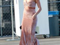 Мраморный персик: Хейли Бибер в бархатном топе-бандо и юбке с очень опасным разрезом