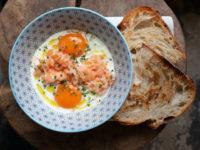 Не знаете, что приготовить на ужин? Попробуйте печеные яйца с лососем, которые станут вашим любимым блюдом