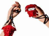 Самый эффектный чехол для наушников в виде головы Медузы Горгоны от Versace