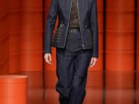 Следующей осенью в моде будет темный деним, как на показе Hermès